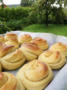 Vaniljesnurrer! Norwegian Food, Norwegian Recipes, Bread Rolls, Pretzel Bites, I Love Food, Cake Recipes, Food And Drink, Sweets, Cookies