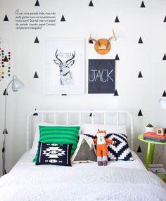 Que tal usar um papel de parede usando papel Contact cortado em triângulo?
