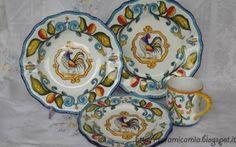 Piatti di ceramica dipinti a mano con il gallo e foglie di fantasia. Un servizio di piatti di ceramica dipinti a mano con un oggetto molto originale: un gallo e colorate foglie di fantasia.La decorazione è adatta a tutti i oggetti di ceramica come piatti, bicchieri, t #piatti #ceramica #dipintoamano