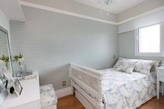 Suíte viúva, com papel de parede, penteadeira, cama, criado mudo em laca azul, piso de madeira, janela acustica, cortina rolo, luminária pendente. Quarto decorado, decoração, quarto solteiro, quarto romantico. Reforma e decoracao apto completo