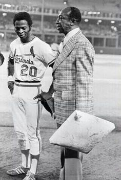 Sept Lou Brock steals his base of the season breaking Maury Wills single season record. Presenting Lou with the base is Cool Papa Bell. Cardinals Players, Cardinals Baseball, St Louis Cardinals, Baseball Records, Baseball Players, Negro League Baseball, Better Baseball, Baseball Stuff, Sports Figures