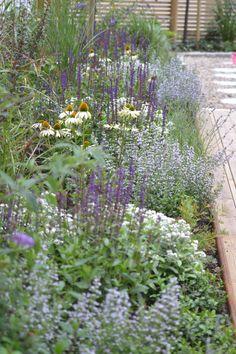 Blommande villaträdgård på Blomstervägen- så klart! – BM idé