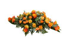 Malli No 13 - Kuvan arkkulaitteessa on erikokoista oranssia ruusua ja koristevihreitä. Hautavihkossa lisäksi koristenauha. Arkkulaitteen hinta on 140 € toimitettuna siunaustilaisuuteen.