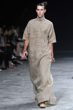 Visions of the Future: Rick Owens Men's RTW Spring 2013 All Black Fashion, Monochrome Fashion, Minimal Fashion, Love Fashion, Mens Fashion, Bohemian Men, Men Wearing Skirts, Rare Clothing, Man Skirt