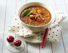 Tomaten-Möhren-Suppe mit Pinienkernen, Croûtons und Basilikum Rezept | LECKER