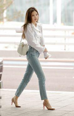 Jennie is a queen korean airport fashion, asian fashion, korean ootd, blackpink fashion Blackpink Outfits, Kpop Fashion Outfits, Blackpink Fashion, Korean Outfits, Casual Outfits, Fashion Looks, Fashion Events, Womens Fashion, High Fashion