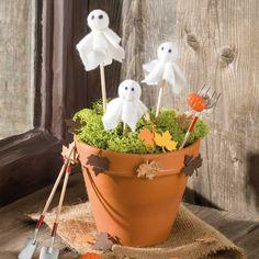 """Miniatur Geisterparty (Idee mit Anleitung – Klick auf """"Besuchen""""!) - Die gruselig-süßen Geister können natürlich auch auf den Halloween-Kuchen oder an anderer Stelle des Halloween-Buffets gesteckt werden. Die Geister sind kinderleicht und superschnell nachzubasteln!"""