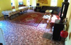 Cabana este compusa la parter, dintr-un living generos, de 62mp,un dormitor, baie cu cabina de dus, bucatarie complet utilata, vesela, frigider, aragaz, microunde, filtru cafea, sandwich maker si TV. La etaj avem trei dormitoare cu TV in fiecare camera, doua dormitoare au si terasa. Pavilion pentru servit masa in curte, 3000 m2 gazon, gratar,ceaun, internet wireless. Pret vanzare cabana – 155.000 euro!