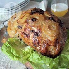 Pernil de porco com abacaxi @ allrecipes.com.br - Pernil de porco assado com calda e pedaços de abacaxi, além de amêndoas e ameixas secas. Perfeito para o Ano Novo!