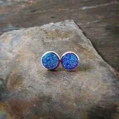 A new type of simple studs. These change color from blue to purple! They remind me of a mermaid's tail. #studearrings #earrings #iridescent #mermaid #sparkle #ocean #seanymph  #fantasy #fantasyjewelry #handmadeearrings #itmatterswhereyoumakeit #shoplocal #buylocal