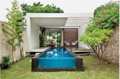 The layout of this modern house allows for seamless indoor-outdoor living experiences as each pavilion is positioned around a large deck and swimming pool. Outdoor Spaces, Indoor Outdoor, Outdoor Living, Outdoor Decor, Outdoor Pool, Outdoor Landscaping, Amazing Swimming Pools, Swimming Pool Designs, Piscina Rectangular