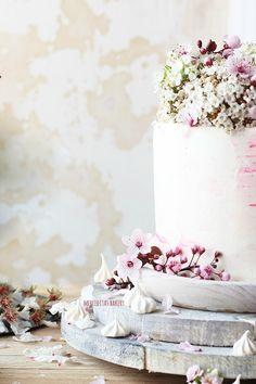 Nada mejor que celebrar el comienzo de la Primavera con una tarta, ¿no?. Esta es una tarta que lleva exactamente un año guardada, y que...