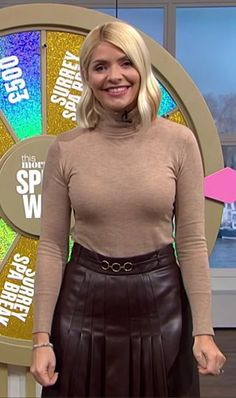 Holly Willoughby Legs, Holly Willoughby Outfits, Curvy Women Outfits, Clothes For Women, Beautiful Females, Beautiful Ladies, Boys Wearing Skirts, Shannen Doherty, Kim Basinger