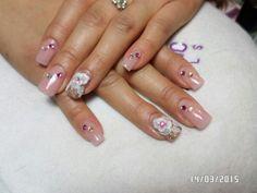 $ 200     Uñas acrílicas. Punta cuadrada. Petal natural makeup.  Dorado.  3D rosa blanca.  Slto relieve.  Swarovski. Organic Nails. Desing by Sarii Estrada