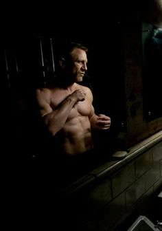 Daniel Craig: New 'Skyfall' Stills! Daniel Craig checks out his shirtless body in a mirror in this brand new still from his upcoming James Bond flick Skyfall! Also featured in stills from the film… Daniel Craig James Bond, Daniel Craig Skyfall, Craig Bond, Daniel Craig Spectre, Hot Men, Sexy Men, James Bond Skyfall, 007 Casino Royale, Daniel Graig