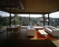 Líbí se mi ta kombinace dřevěné podlahy, bílého nábytku a červených/oranžových doplňků.