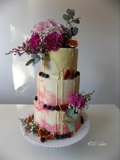 Drip wedding cake by MOLI Cakes