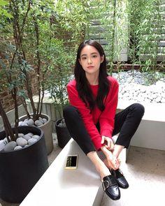 Persona who the hell am i? I just wanna go i just wanna fly :)) Ulzzang Fashion, Korean Fashion, Diva Fashion, Fashion Outfits, Korean Girl Photo, Beautiful Chinese Girl, Pretty Korean Girls, Ulzzang Korean Girl, Asian Style