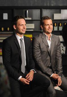 Harvey versão mais casual (sim, isso pra ele é mais casual, rs). Mike e sua gravata fina que combina tão bem com suas proporções
