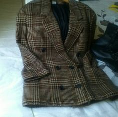 Vintage Anne Klein Blaizer Used, only has a small hole in the fabric. Little visible. As it is shown in the picture. Very soft, warm, and confortable. 75% wool, 25% cashmere Anne Klein Jackets & Coats Blazers