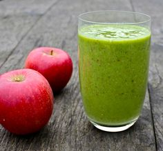 Apple, pear, avocado and spinach detox smoothie