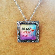 Accesoriu pentru petrecerea burlacitelor 2 in 1. Poate fi purtat atat ca brosa, cat si ca medalion cu lantisor.