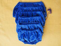 Bloomers en velours, 100% coton. Velours stretch non doudlé, souple et très doux ♥ Sera parfait sur des petits collants pour parer les brises fraiches!  Couleur : Bleu de Minuit. 19€ pièce. Tailles disponibles : 1-3-6-12-18-24 mois