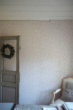 Yläkerran porrashuoneeseen on nyt saatu tapetti. Pihlgren & Ritolan harmaa Kirsikkapuu kaunistaa nyt muuten aika pelkistetettyä tilaa. ...