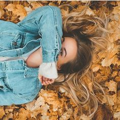 Fall leaves brown head shot above Portrait Photography Poses, Photo Poses, Autumn Photography, Creative Photography, Kreative Portraits, Poses For Pictures, Cute Fall Pictures, Insta Photo Ideas, Jolie Photo