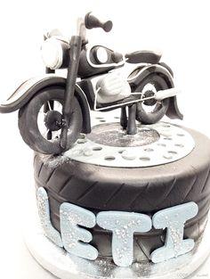 Tarta motera de cumpleaños. Moto modelada en fondant
