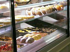 Quando chega à Confeitaria da Lapa, o difícil é escolher! Bom fim de semana #SemDieta. 😊  #PastelariasPorto #Confeitarias #Porto #Doces #Bolos #FimdeSemana #ConfeitariadaLapa #DocesdaLapa #Lapa #Food #sweets