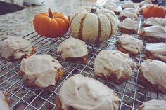 if you're as much as a sucker for fall as I am and also have a sweet tooth the size of mars, just go right ahead and treat your eyes and your stomach to this delicious recipe for pumpkin cookies with cream cheese icing 🎃 link in my bio, pals!