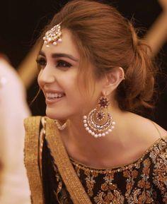 bridal jewelry for the radiant bride Bridal Hair Buns, Bridal Hairdo, My Hairstyle, Bun Hairstyles, Lehenga Hairstyles, Indian Wedding Hairstyles, Pakistani Bridal Dresses, Bridal Makeup, Bridal Beauty