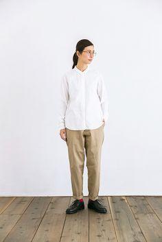 どんなトップスとも相性抜群のチノパンツ。YAECAでは定番の人気商品です。テーパードとは「細くなっていく」という意味で、こちらのパンツも足首に向かってシェイプされたデザイン。腰まわりと、太もも部分はややゆったりとつくられているので、どんな体型の方でも着こなせます。テーパードの形を活かして、ロールアップした裾から差し色になる靴下を見せるコーディネートもおすすめ。オールシーズン対応で適度な厚みがある素材は、綿100%のYAECAオリジナル生地です。