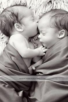 Oh die Küsse babyfotos & babykleidung Twin Baby Photos, Twin Pictures, Cute Baby Pictures, Newborn Pictures, Family Pictures, Pictures Of Babies, Couple Pictures, Foto Newborn, Newborn Twins