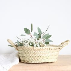 Petit panier rond marocain en feuilles de palmier. Diamètre : 26 cm / hauteur : 9 cm (environ). Artisanat marocain. Ce panier sera parfait pour y déposer toutes les petits choses du quotidien !