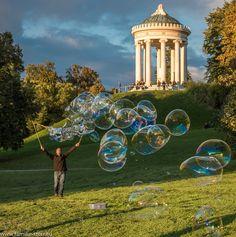 Good Riesen Seifenblasen vor dem Monopteros im Englischen Garten in M nchen