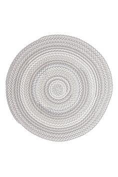 Rundt teppe, flettet og håndsydd. Diameter 160 cm.<br><br>For økt sikkerhet og komfort, benytt en antiglimatte som holder teppet på plass. Antiglimatten finnes i flere ulike størrelser. <br><br>100% bomull<br>Rengjøres ved støvsuging/skumvask