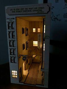 Diy Bookshelf Inserts _ Diy Bookshelf - Sites new Vitrine Miniature, Miniature Rooms, Miniature Crafts, Miniature Houses, Diy Bookshelf Wall, Bookshelves, Bookshelf Makeover, Harry Potter Diagon Alley, Kit Diy