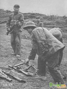 Soldados vietnamitas depõem a arma perante militares chineses.
