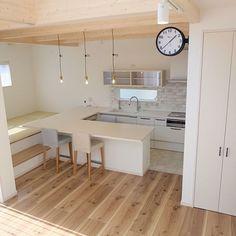 女性で、のサブウェイタイル/キッチン/照明/カフェ風/コの字型キッチン/システムキッチン…などについてのインテリア実例を紹介。(この写真は 2017-04-25 10:49:30 に共有されました) Kitchen Interior, Room Interior, Interior Design Living Room, Kitchen Design, Interior Decorating, Japanese Modern House, Japanese Interior Design, Style Japonais, New Home Designs