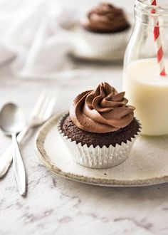 No stand mixer required to make the Best EASY Chocolate Cupcakes. Moist, deeply chocolatey with a tender crumb, these are unbelievably fast & easy. www.recipetineats.com