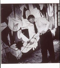 Pablo Picasso pintando el 'Guernica', fotografiado por Dora Maar en 1937.