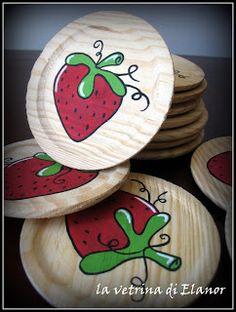 sottobicchieri in legno con fragola dipinta a mano