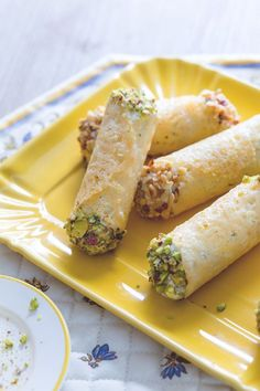 Cannoli di grana ripieni: croccanti cialde di formaggio farcite con una profumata crema di ricotta. [Grana cheese cannolo stuffed with ricotta cheese cream] A Food, Good Food, Food And Drink, Yummy Food, Antipasto, Wine Recipes, Cooking Recipes, Cannoli Recipe, Vegetarian Recipes