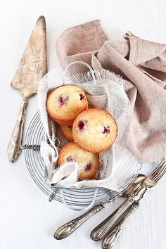 Almonds and raspberries cupcakes / wrapped in cloth. Beautiful food styling and photography. Raspberry And Almond Cake, Raspberry Cupcakes, Raspberry Muffins, Raspberry Popsicles, Raspberry Cobbler, Raspberry Cordial, Raspberry Punch, Raspberry Cocktail, Almond Muffins