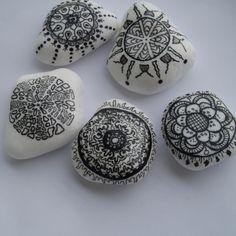 Prírodné kamene ručne maľované trvácnymi farbami, na zadnej strane prilepená extra silná magnetka. Uvádzaná cena je za 1ks magnetky, veľkosť kameňa 1, Stone Painting, Rock Painting, Mandala Rocks, Rock Art, Painted Rocks, Pattern Design, Shells, Eggs, Crafty
