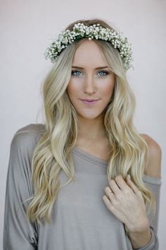 Front curls Flower crowns may seem passe, but they will fit perfectly at any Summer Solstice party. Head to your flower store to pick up a ton of Baby's Breath -- this inexpensive flower works well for flower crowns and won't break your budget. DIY here! Baby Breath Flower Crown, Babys Breath Flowers, Flower Crown Wedding, Flower Crowns, Wedding Flowers, Diy Flowers, Crown Flower, Simple Flower Crown Diy, Babys Breath Crown