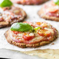 Pizza-Party-Sanck:Satt mit Weizenmehl werden die Böden dieser Low Carb Mini-Pizzen mitMandel-, Kichererbsen- und Leinsamenmehl so richtig knusprig.