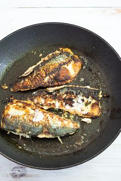 File de macrou la tigaie cu sos de roșii și pătrunjel - Bucate Aromate